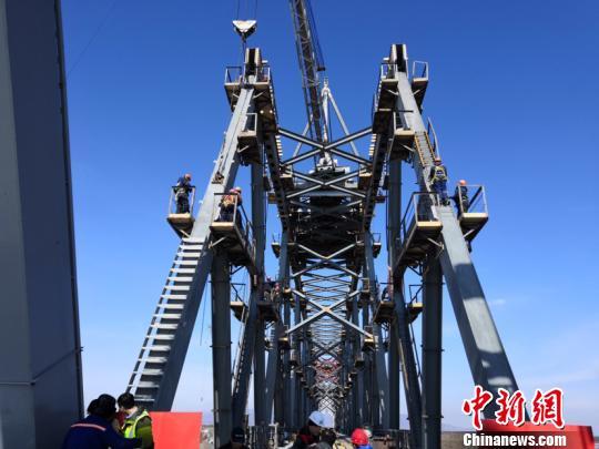 中俄间首条跨境铁路大桥——同江中俄铁路大桥合龙