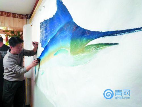 莱西艺人林新红购进巨型旗鱼 创作鱼拓作品卖出7777元