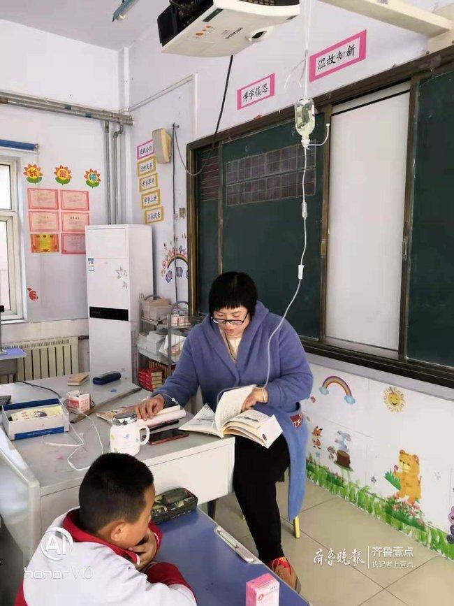 边打点滴边上阅读课,济南80后女教师的这张照片火了