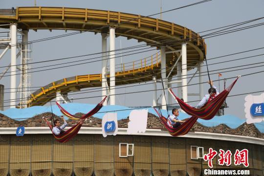 重庆民众挑战悬空吊床 行为艺术倡导健康睡眠