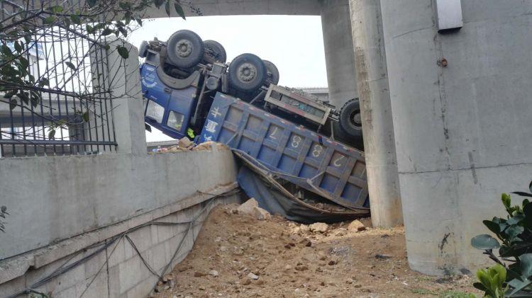 警方通报来了!翻下海尔立交桥货车司机暂无生命危险