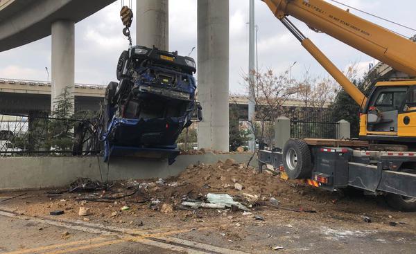 青岛:大货车撞断护栏冲下海尔立交桥,现场清理中