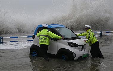 """青岛迎来大风降雨天气 沿海一线遭海浪""""袭击"""""""
