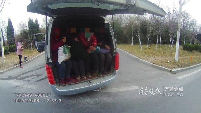 """济南街头现""""超级大胃王"""",9座面包车居然塞满22人"""