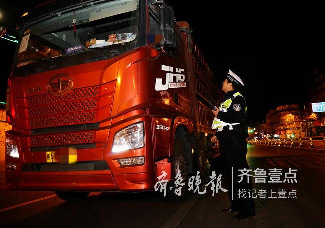 济南交警夜查渣土车,一晚30多辆渣土车被查处