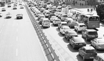 济南经十路山师东路禁左首日,直行通畅待诊车辆仍堵