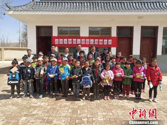 北京小学生爱心援助甘肃贫困山区留守儿童结友谊
