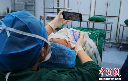"""手术室里的""""临时爸妈"""":游戏和安抚减轻孩子恐惧感"""