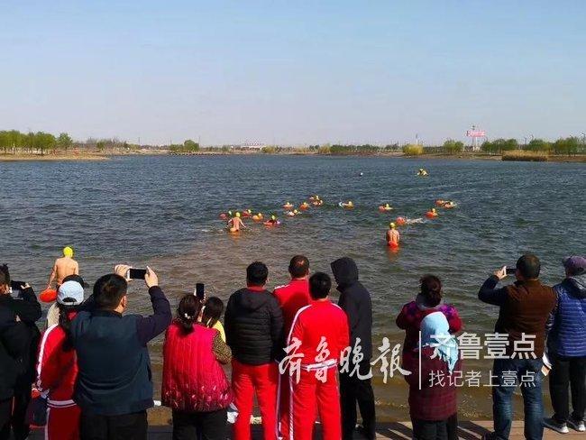 菏泽140多名冬泳爱好者 畅游仿山月牙湖