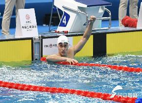 全国游泳冠军赛青岛举行 孙杨夺首金眼神犀利