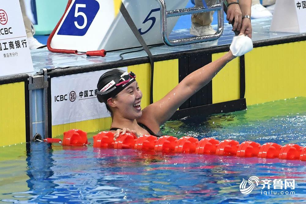 """""""洪荒少女""""傅园慧夺女子100米仰泳冠军"""