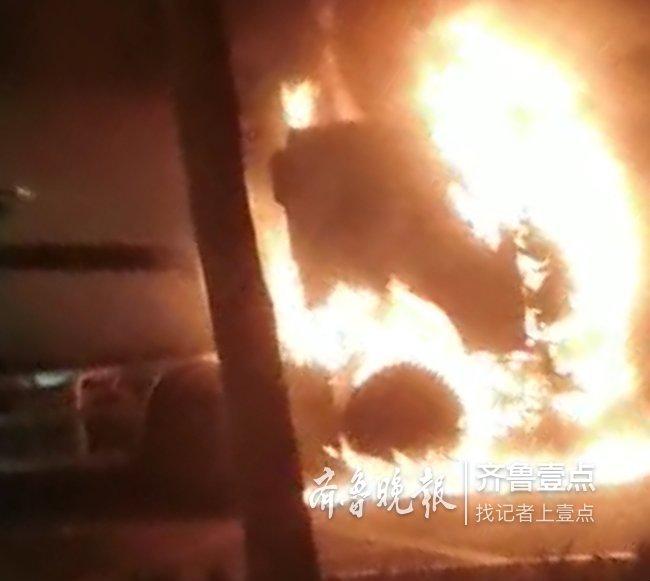 深夜,济南西客站一水泥罐车突起火,整个车头在燃烧