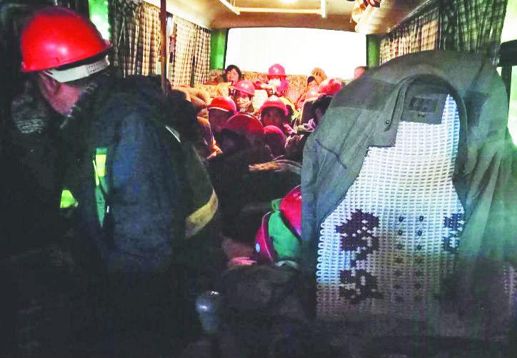 核载19人实载31人淄博超载客车被查