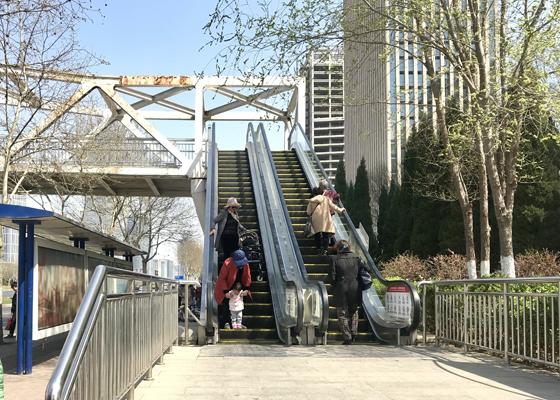 过街天桥电梯故障 八旬老人不慎摔倒