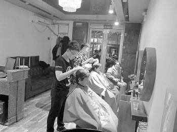 被一个弯腰感动!济南一爱心理发店免费为环卫工理发
