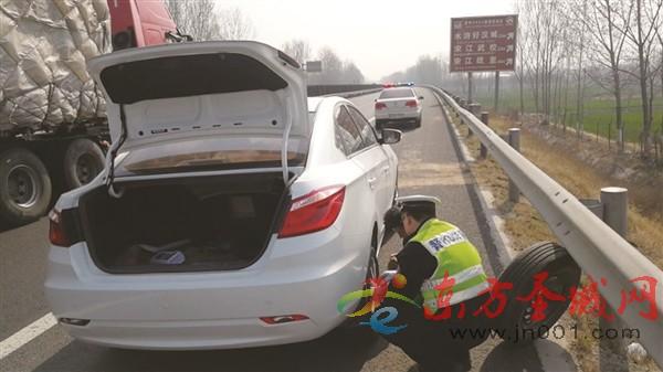 高速路上爆胎 民警紧急援助