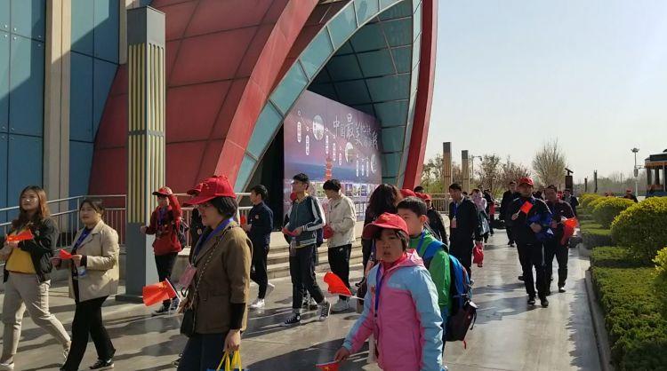 济南最美地铁旅游线启动,200名市民尝鲜打卡沿线美景