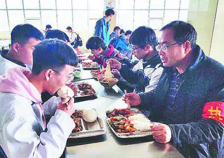周村实施中小学幼儿园集中用餐陪餐制