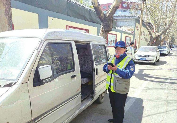 她在马路边捡到13万 停车收费员王希香:第一想法就是报警找失主