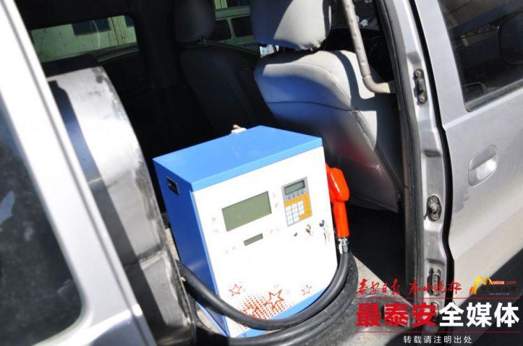 宁阳交警查获一辆由面包车改装成的流动加油车