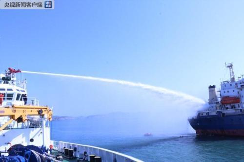 长江口锚地一货船失火 15人获救2人死亡