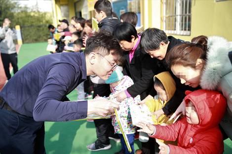 福彩志愿者给孩子们分发礼品
