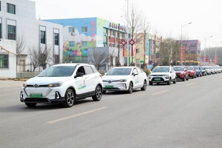 """""""星星儿""""家庭乘坐北汽新能源爱心车友队的车前往草莓采摘园"""