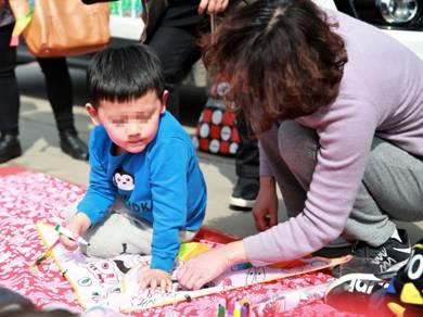 孩子们和家长一起手绘风筝2