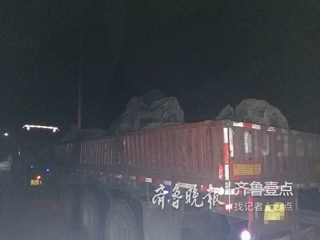 泰安景区交警查获两车违规拉载泰山石