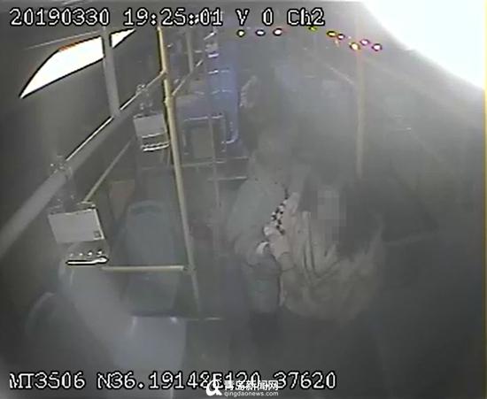 少女坐公交突犯癫痫 司机疏散乘客把公交车开进医院