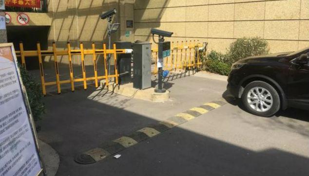 事发淄博一小区!业主开车进地下车库被拒!小区物业回应