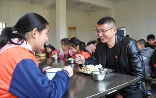 陪餐制来了 校长和孩子共进午餐都聊啥