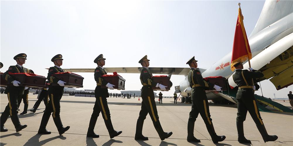英雄回家!第六批在韩志愿军烈士遗骸交接仪式举行