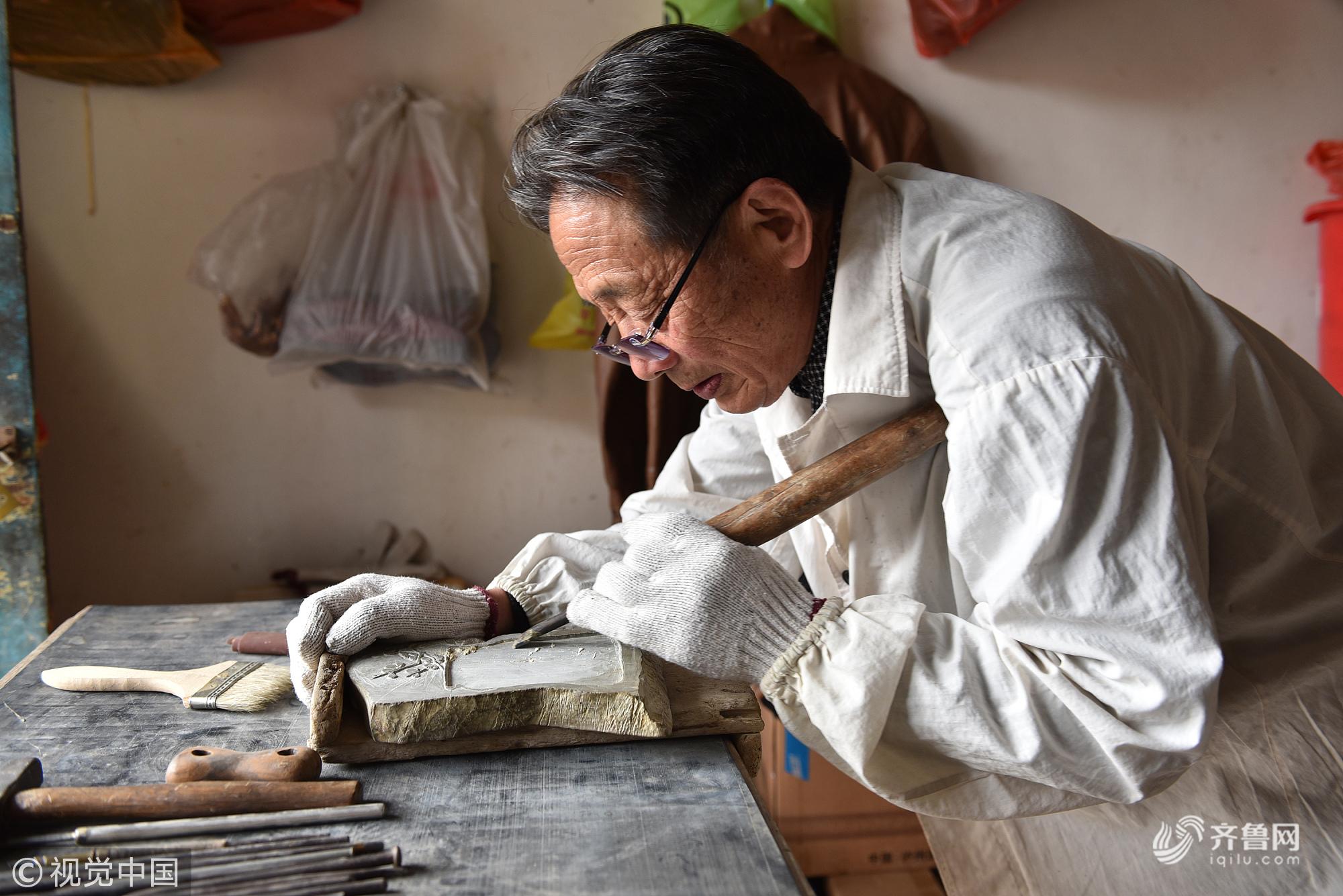 辞掉干了21年的教师,烟台75岁老人苦练宫廷雕刻技艺,一方砚台卖6.8万