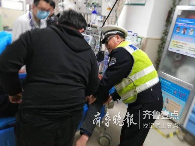 老人突发脑溢血求助 泰安交警警车开道紧急送医