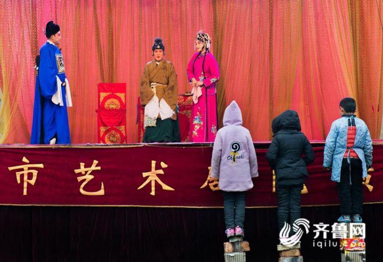 2《粉丝》+春节期间,冒着雨雪严寒观看戏剧演出的孩子。_副本.jpg