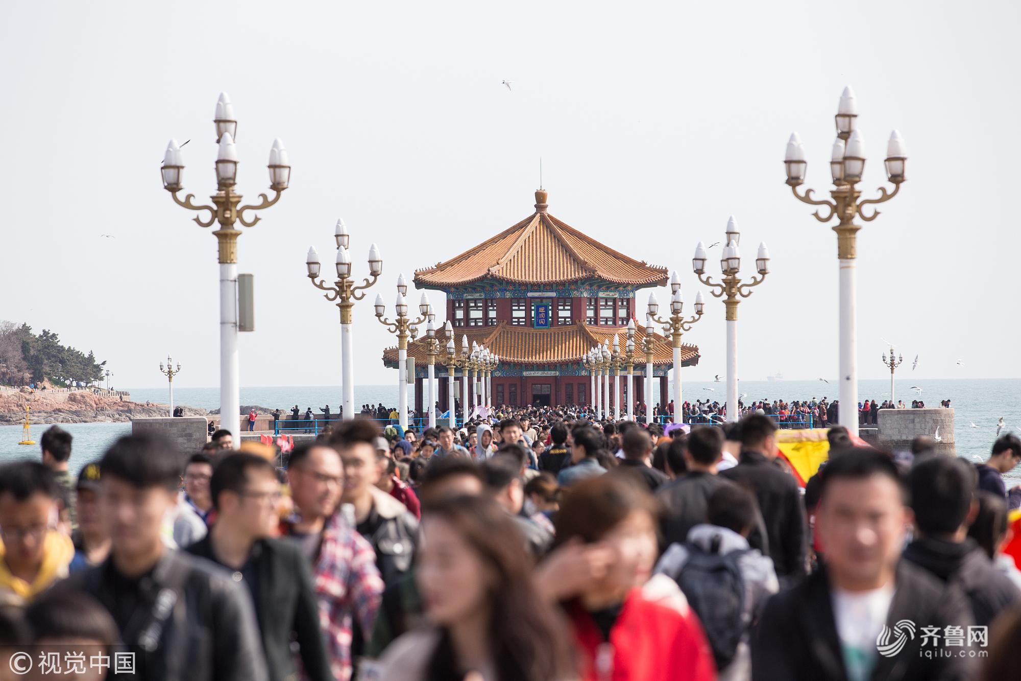 清明节小长假最后一天 青岛栈桥游人如织休闲赶海