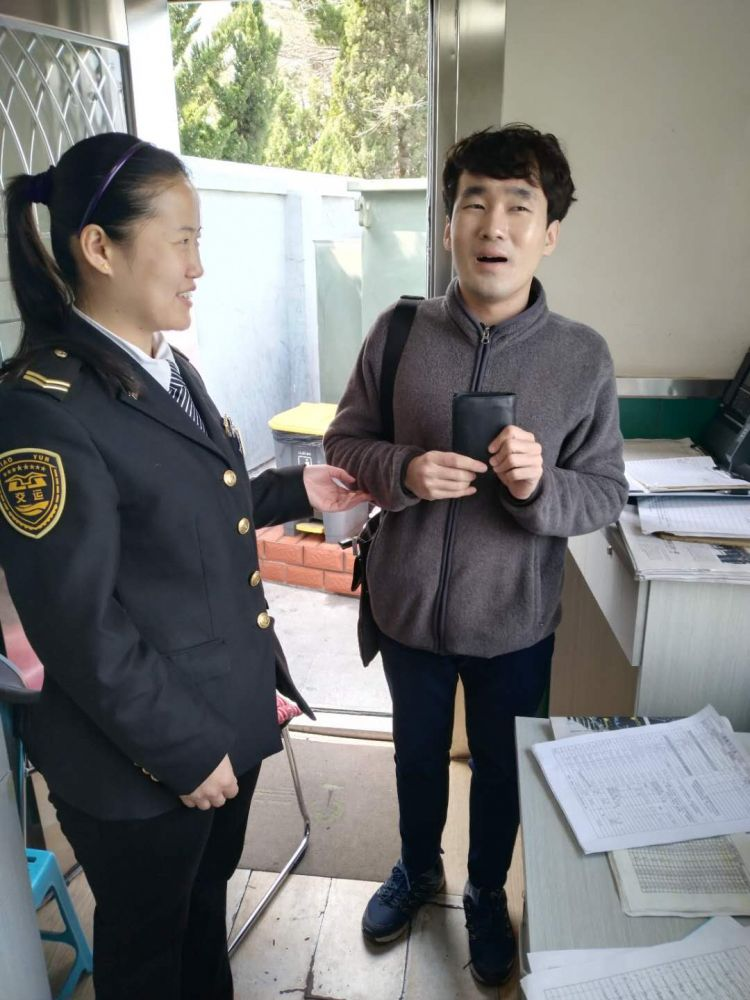 """公交车上捡到钱包 没想到失主竟是个韩国""""欧巴"""""""