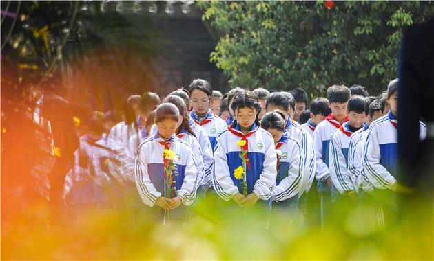 清明古城西门 献花摄影孔闯_5