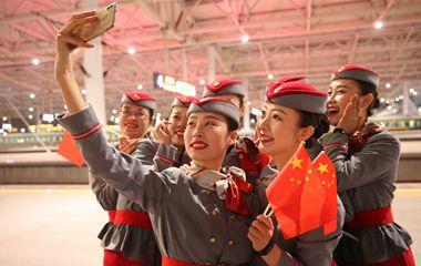现场图:青岛至北京直达高铁首发 2小时58分到达