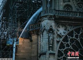 巴黎圣母院大火得到控制 顶部阁楼脚手架疑似起火点