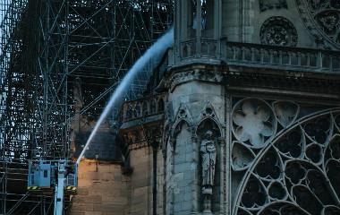 巴黎圣母院大火得到控制