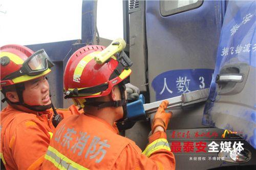 新泰:大貨車與拖拉機相撞一人被困 消防緊急救援