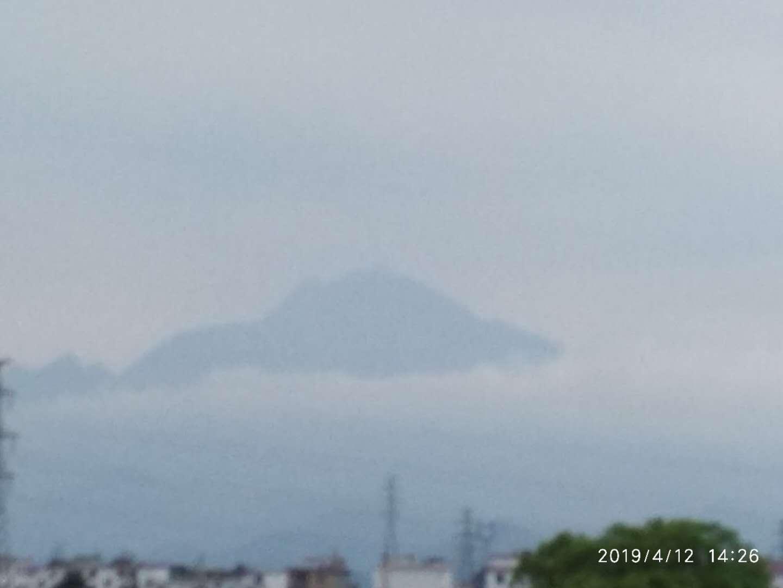 云雾中的军峰山