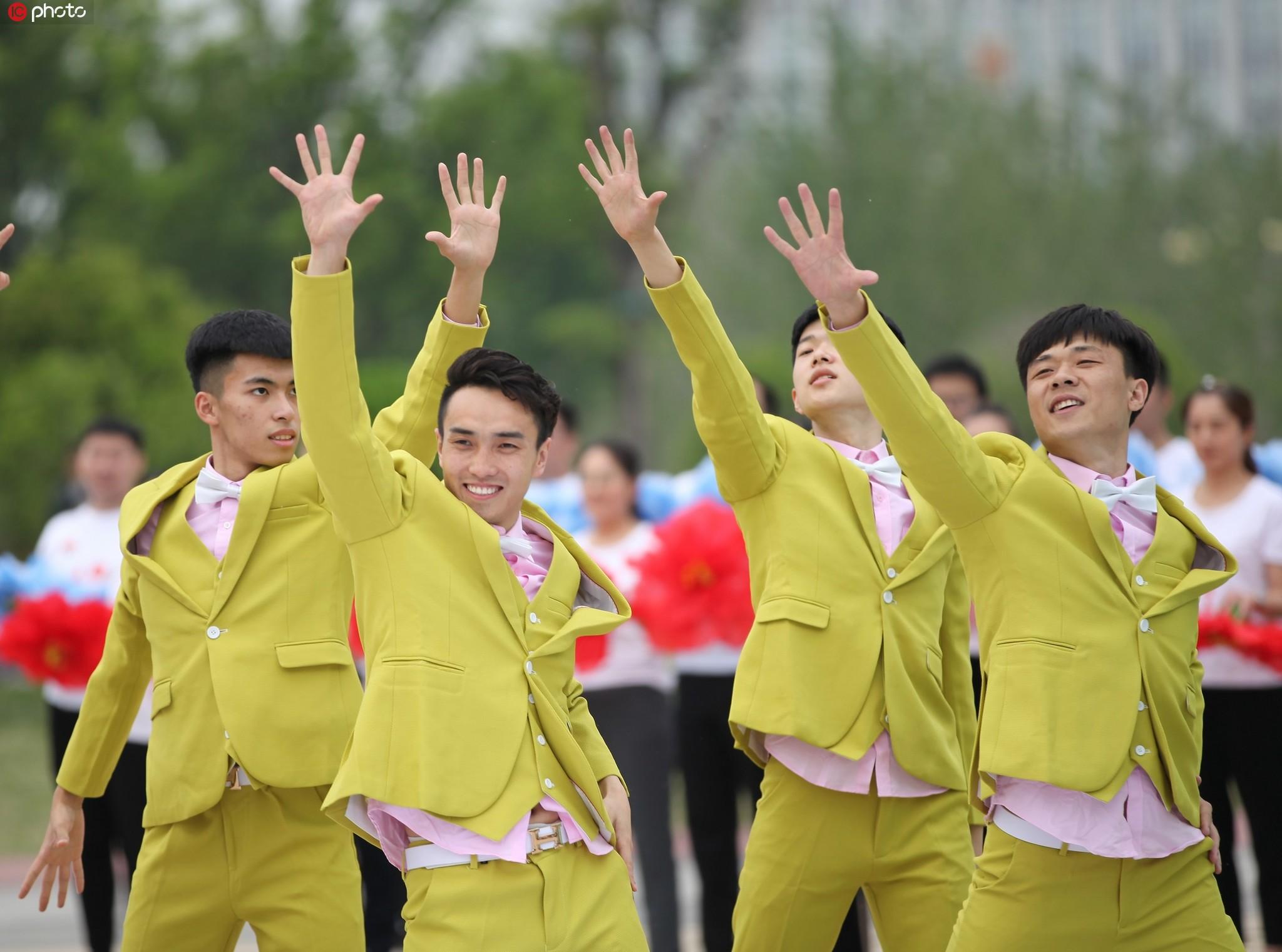 山東滕州:市民舉行快閃迎五四 獻禮新中國
