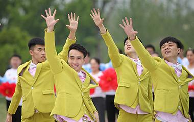 滕州市民舉行快閃迎五四 獻禮新中國