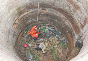 周村七旬老人浇地不慎落入10米深枯井 多方合力一小时救出