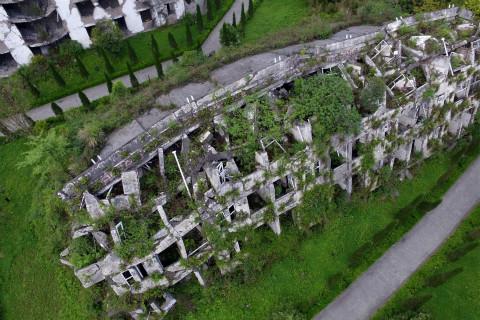汶川地震11年:新建房屋林立但废墟犹在