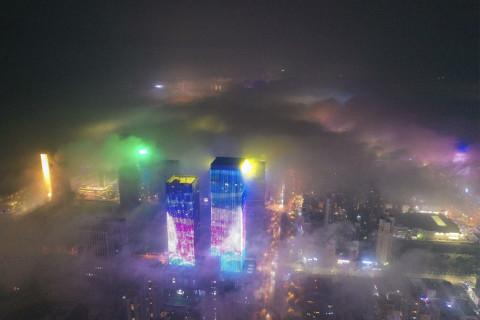 组图:青岛夜晚现平流雾奇观 云雾与灯火缥缈虚幻