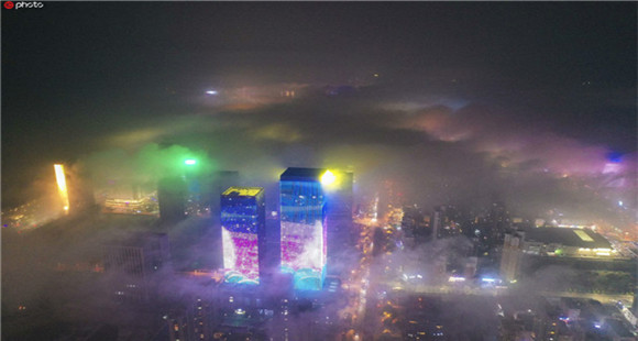 青岛夜晚现平流雾奇观 云雾与灯火缥缈虚幻